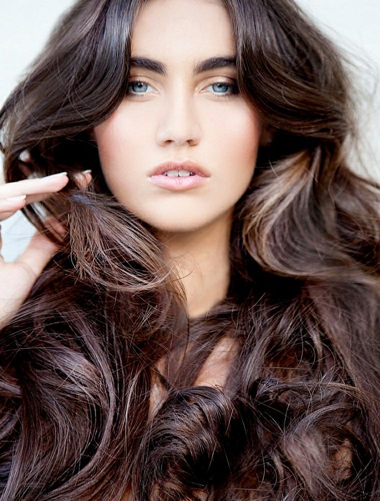 Trattamento delle doppie punte dei capelli lunghi di colore castano con  messa in piega 000662b9489f