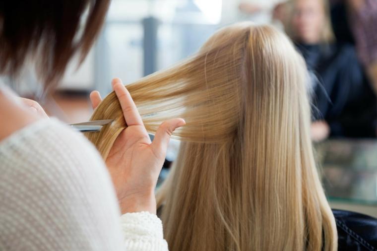 Taglio capelli lunghi di colore biondo con lunghezze pari, consigli per un trattamento da star