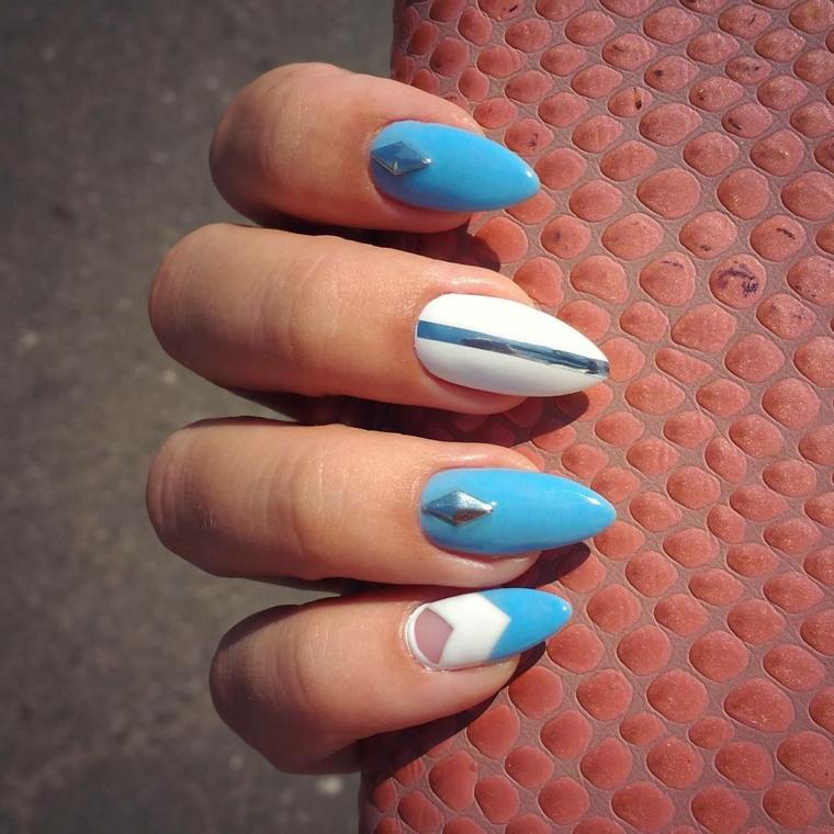 Unghie a mandorla, smalto di colore azzurro con decorazioni brillantini e nastri colorati