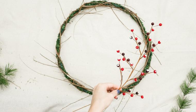 decorazione corona con rametti secchi e bacche fuori porta natalizio fai da te
