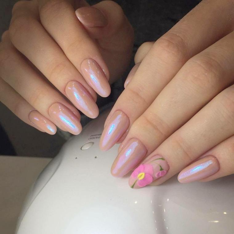Smalto gel colore beige, forma unghie a mandorla con applicazione di fiori come decorazione
