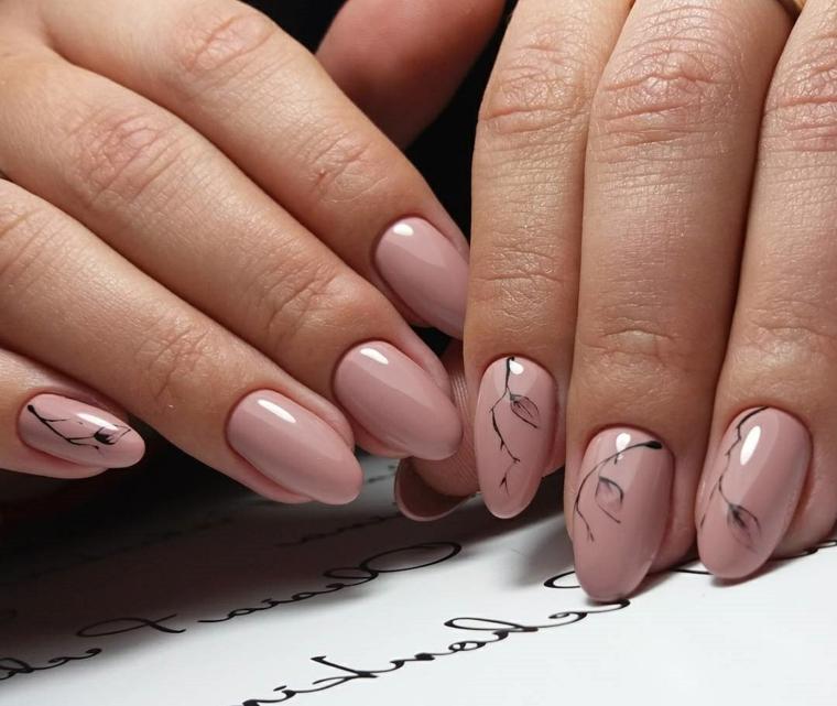 Decorazione unghie dalla forma di mandorla con un effetto marmo di colore nero e rosa