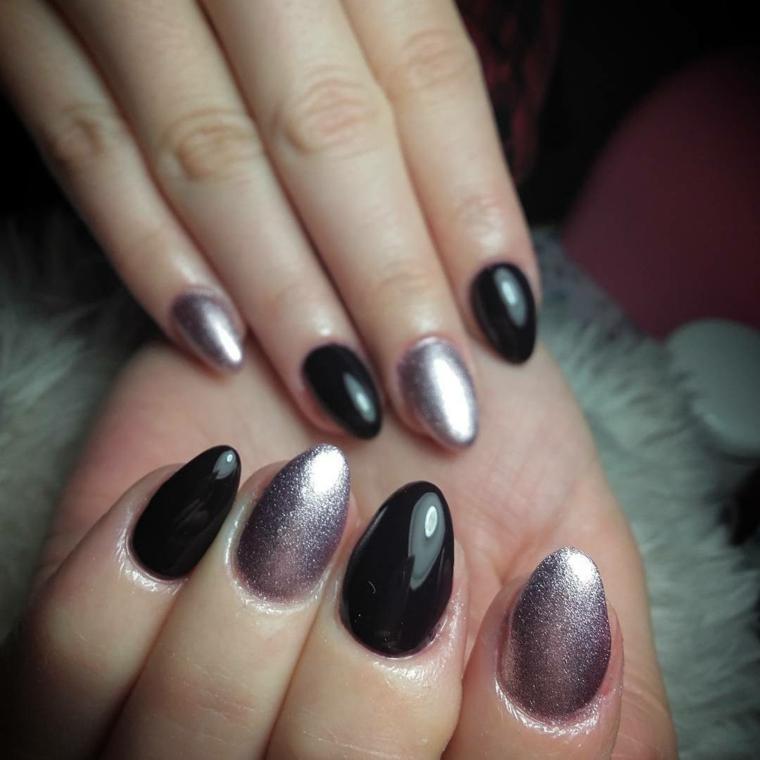Unghie con punta dalla forma tondeggiante, smalto nero e argentato con riflessi luminosi
