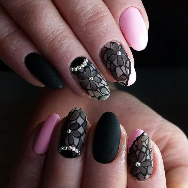 Smalto di colore nero effetto mat e decorazioni pizzo con brillantini, forma unghie a mandorla