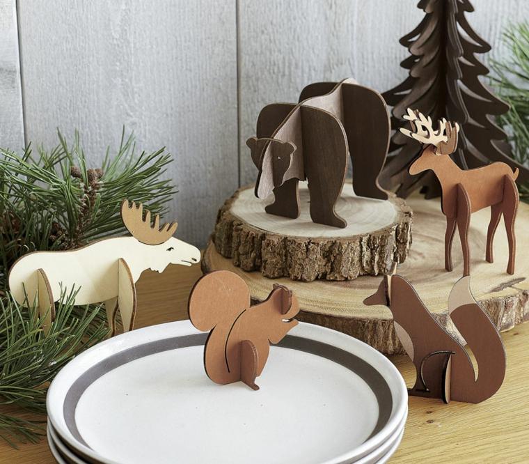 Creazioni natalizie in cartone, vari animali della foresta e rametti verdi come decoro