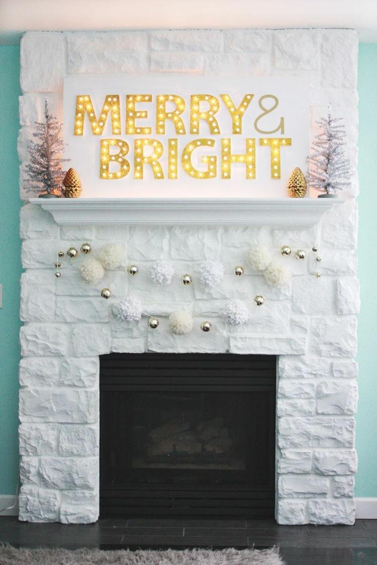 Come addobbare la casa per Natale, camino dal design rustico con scritta luminosa