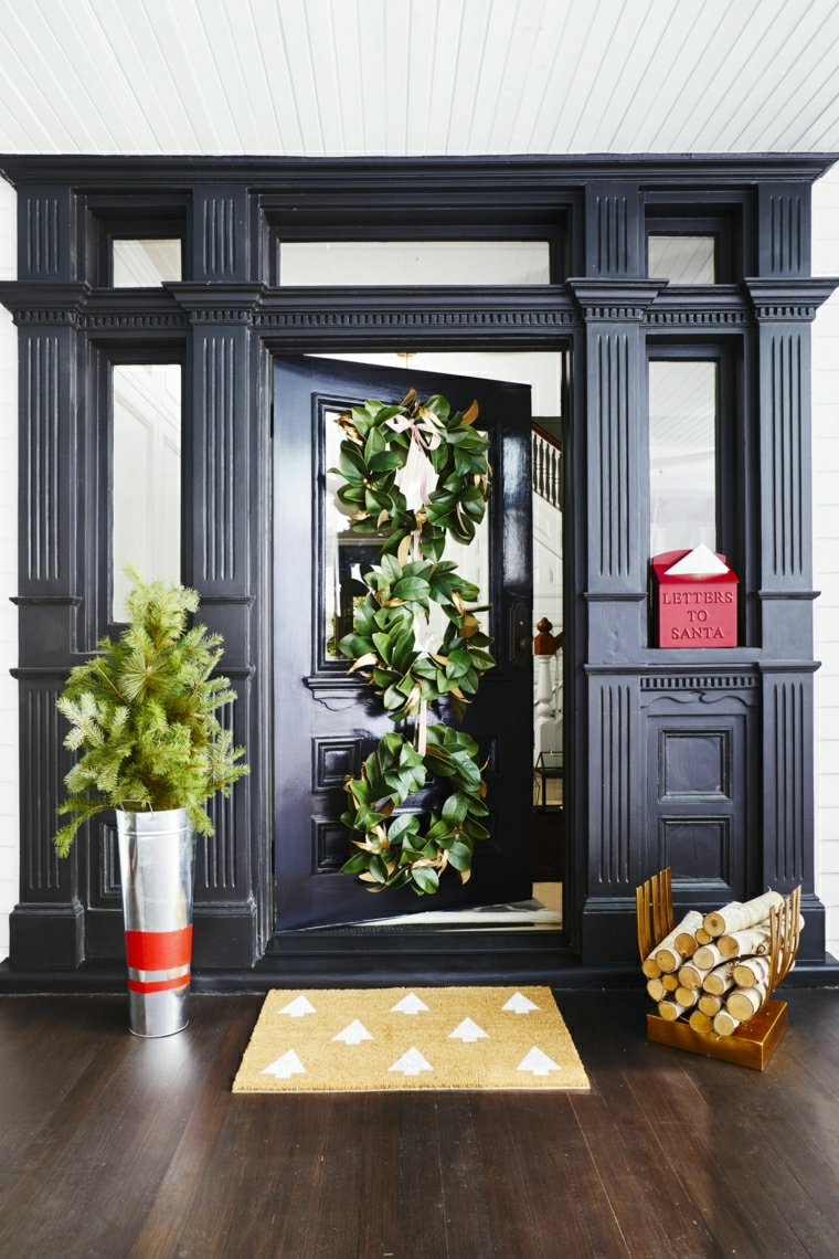 Decorare la porta con festoni fatti da foglie verdi