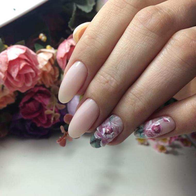 Smalto gel di colore rosa, decorazioni floreali sulle unghie del dito anulare e mignolo