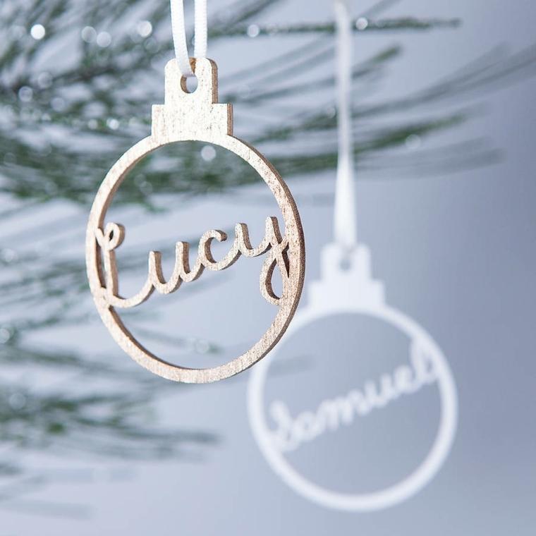 Addobbi personalizzati in metallo e di color rame per addobbare l'albero di Natale