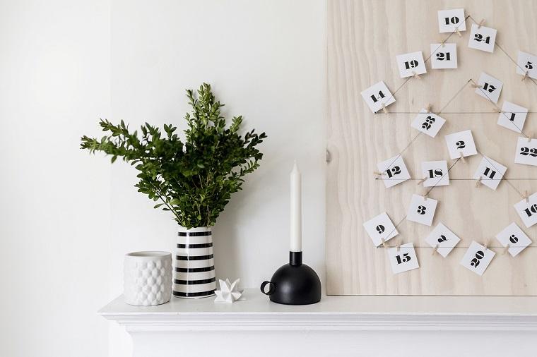 Addobbi natalizi fai da te, calendario dell'avvento con un pannello di legno e fil di ferro a forma di albero di Natale