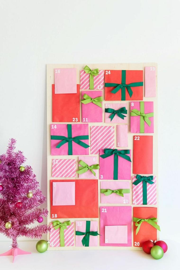 Albero di Natale di colore rosa e un calendario dell'Avvento con bustine in tessuto e palline colorate