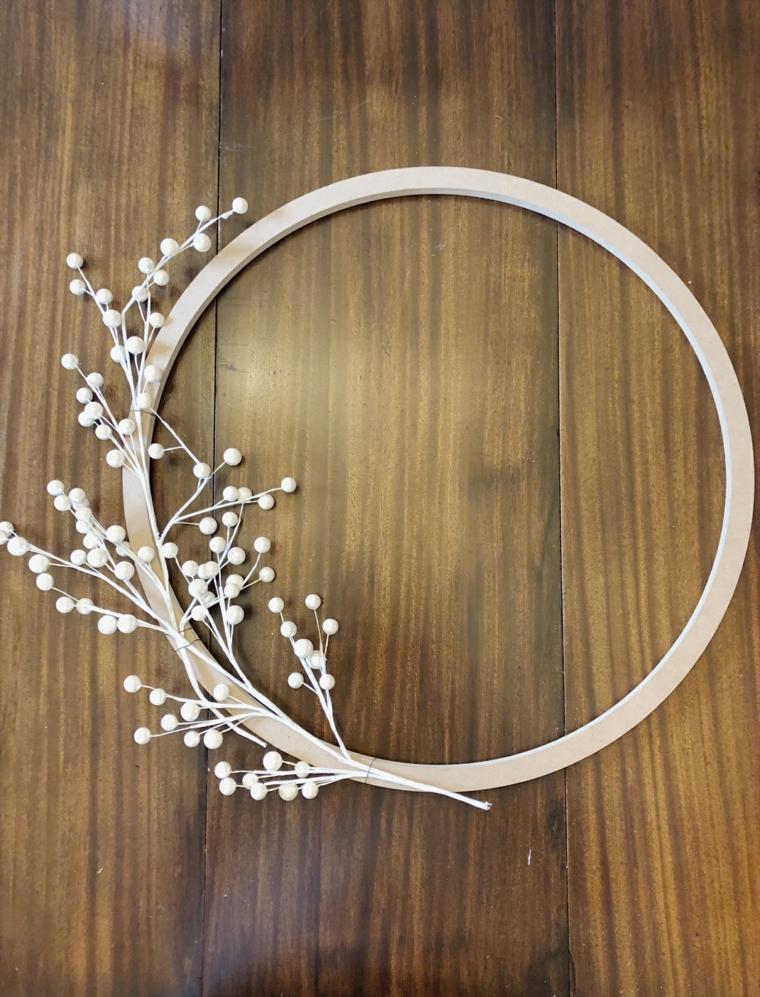 decorazioni natalizie per porte anello di legno con rametti bianchi