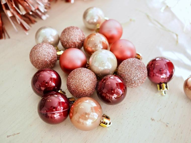 decorazioni natalizie per porte palline di natale color pastello con glitter
