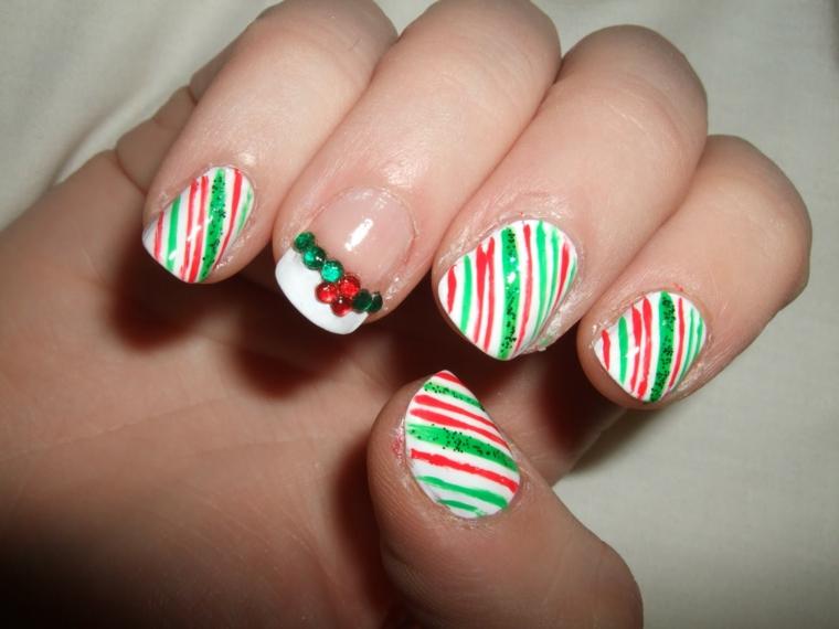 unghie decorate per natale, un'idea che prende spunto dalle caramelle con l'anulare decorato con dei glitter verdi e rossi
