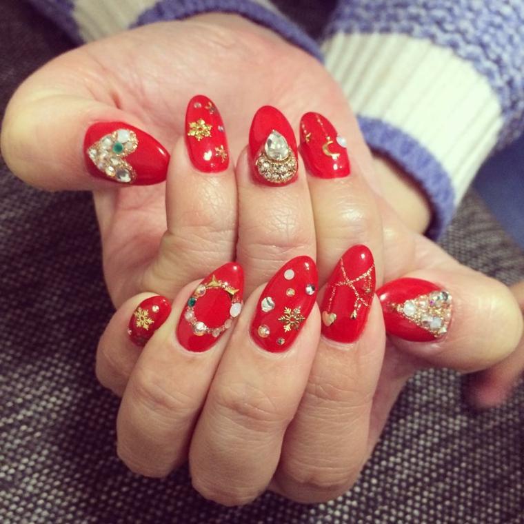 unghie natalizie, proposta molto brillanti con tante decorazioni diverse  per ogni unghia