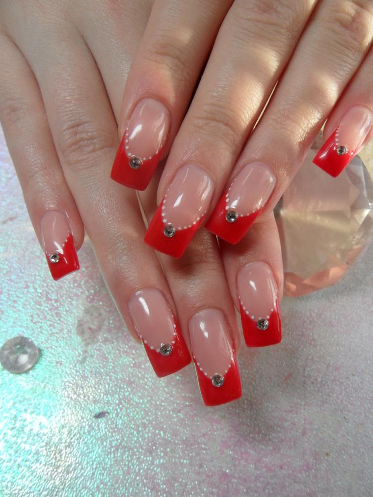 nail art natalizie, una proposta molto elegante con la parte finale rossa, palline bianche a corona e brillantino