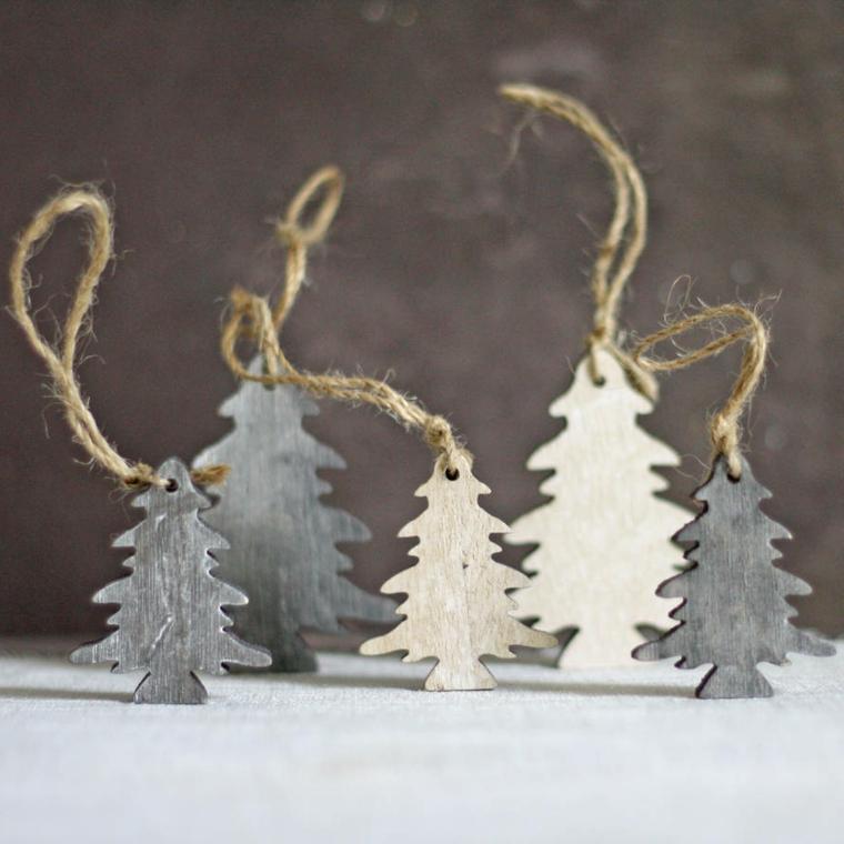 Creazioni natalizie, alberi di Natale in legno con fili di canapa per essere attaccati