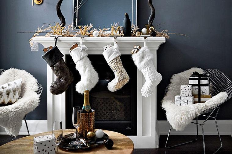 Decorazioni natalizie, addobbare il camino nel soggiorno con calze e pacchi di regali