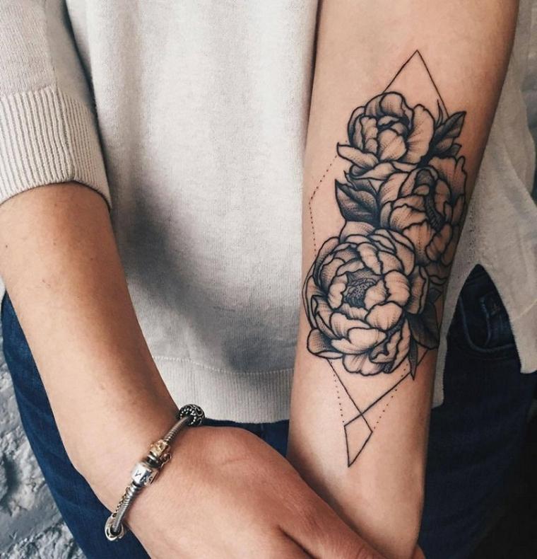 Tatuaggio braccio con rose di varia dimensione in un rombo simmetrico a puntini e linee