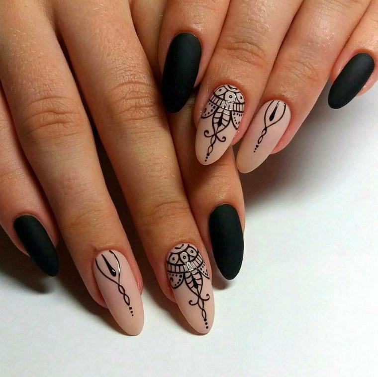Unghie tonde, alcune unghie di colore nero mat e alcune color tortora co disegni intrecciati