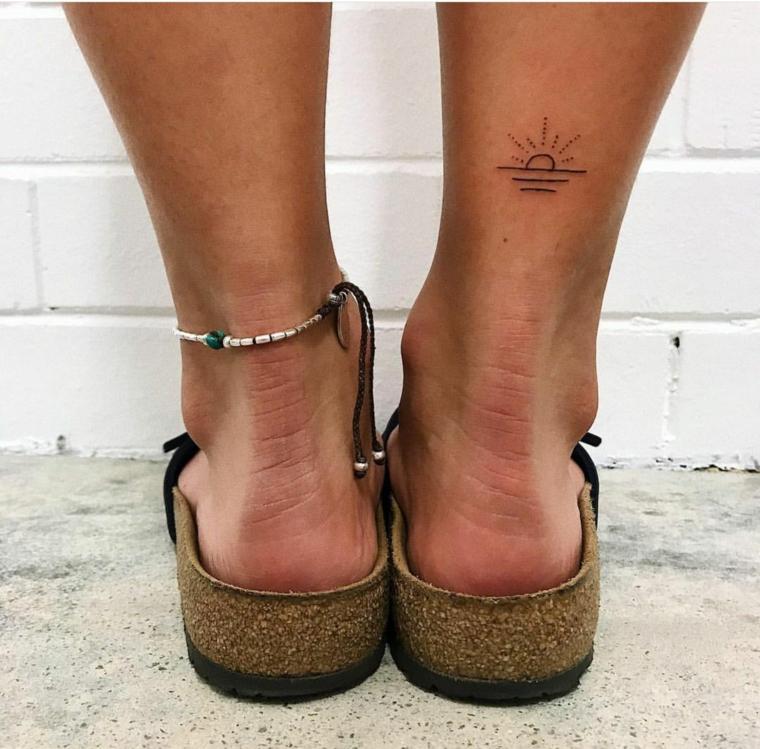 Tatuaggi femminili, tattoo disegno sole e mare, donna con ciabatte estive
