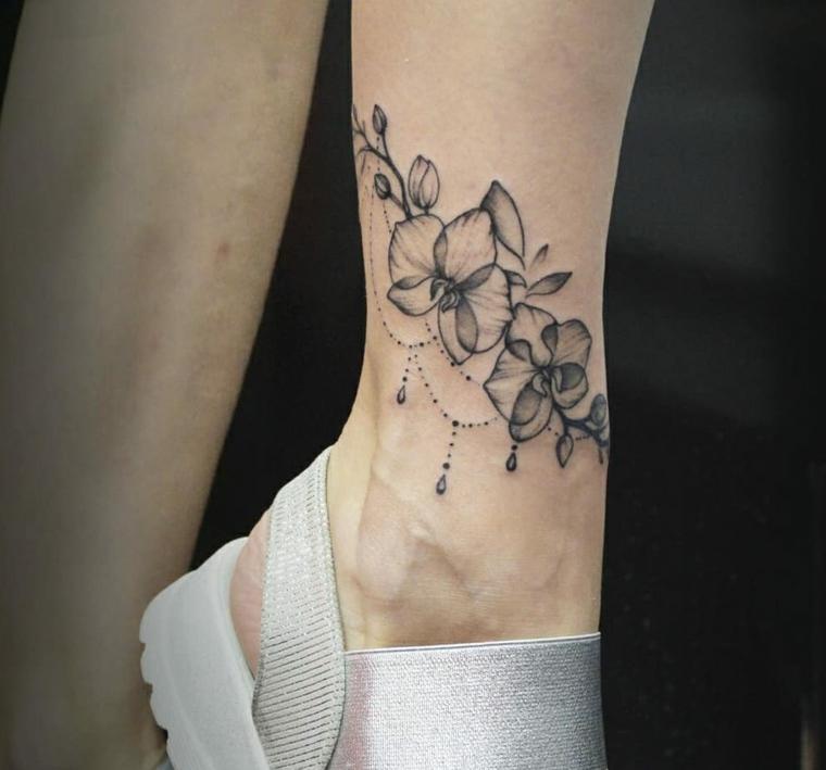 Tatuaggi caviglia, disegno tattoo fiore mandala, donna con sandali di colore argento