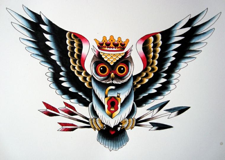 tatuaggio stile old school, grande gufo con le ali aperte, una corona e delle frecce