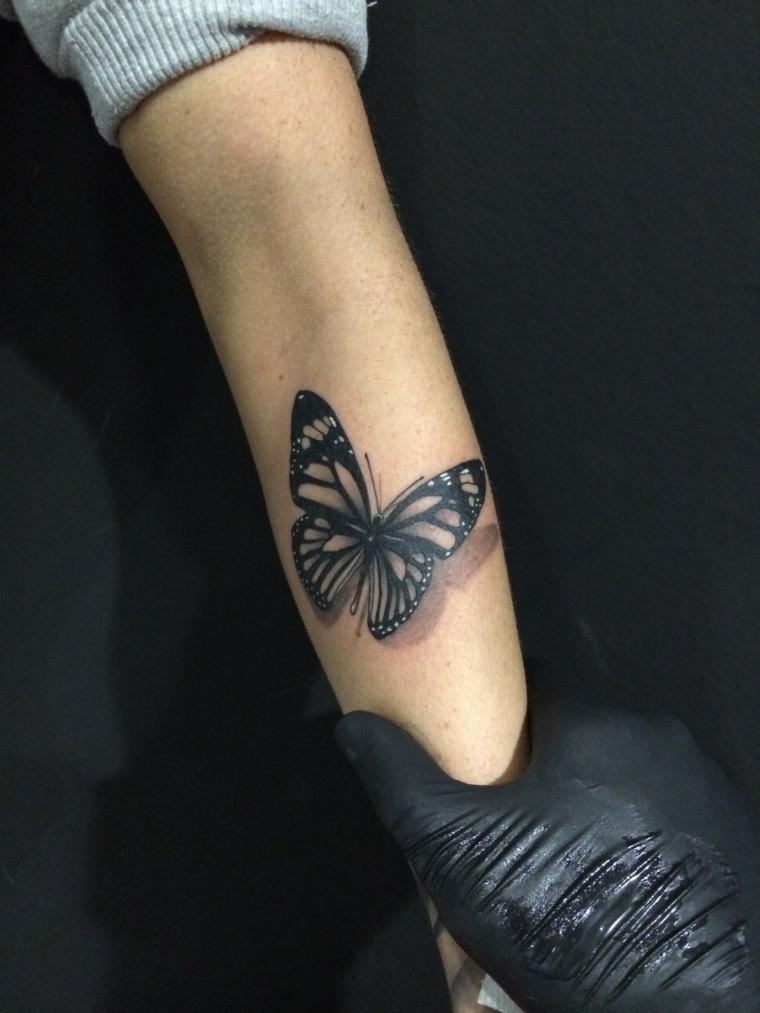 Disegni belli, idea tatuaggio femminile con una farfalla di colore nero con ombra
