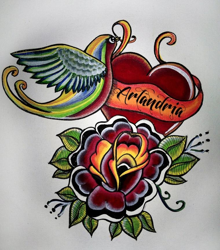 tatuaggio in stile tradizionale raffigurante alcuni soggetti tipici come un cuore, una rondine e una rosa