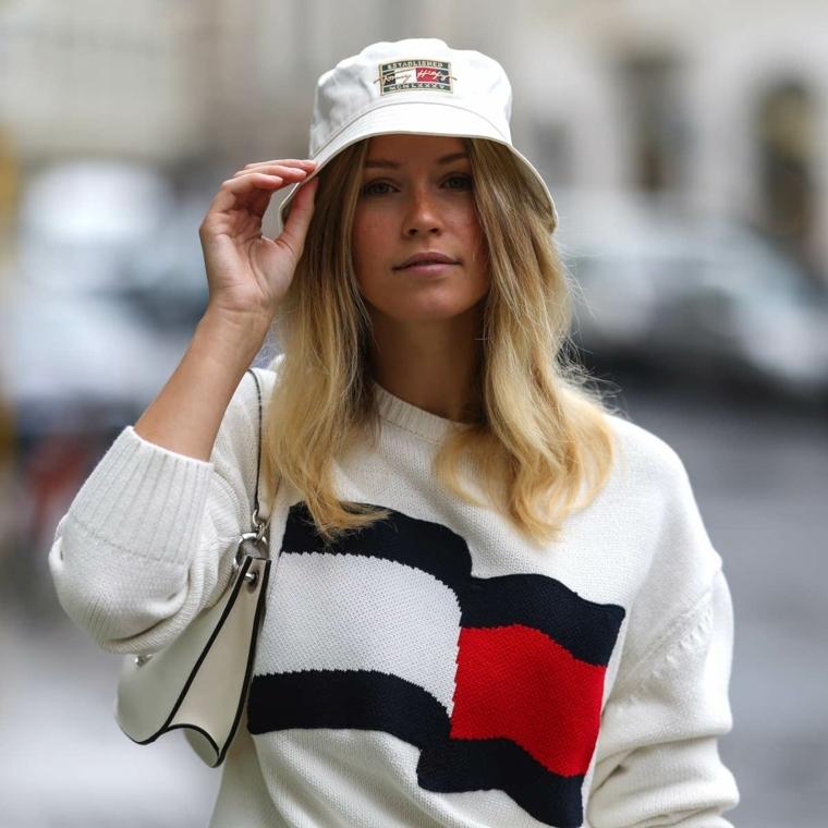 donna con cappello bianco taglio capelli lunghi 2021