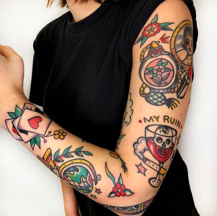 donna con tattoo sul braccio tatuaggi stile vecchia scuola colorati femminili