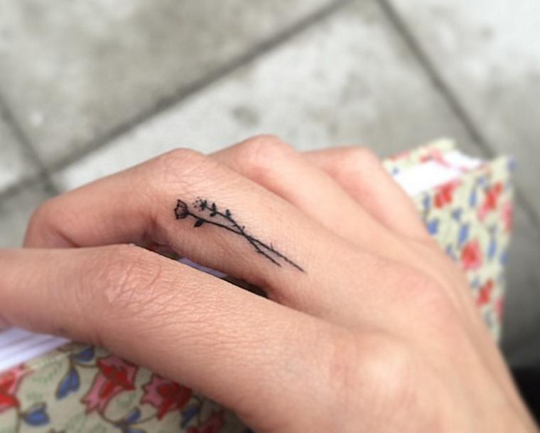 Tatuaggi piccoli per donne e un'idea carina con due mini rose da fare sul dito medio della mano