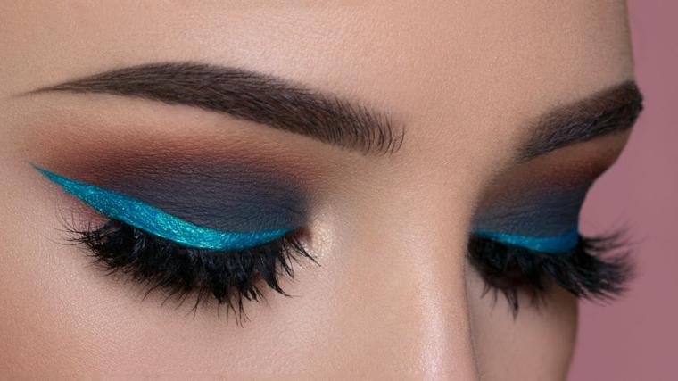 linea spessa e allungata sopra la palpebra realizzata con un eye liner blu chiaro