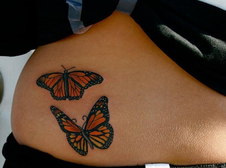 Tatuaggi farfalle colorate sulla pancia di una ragazza
