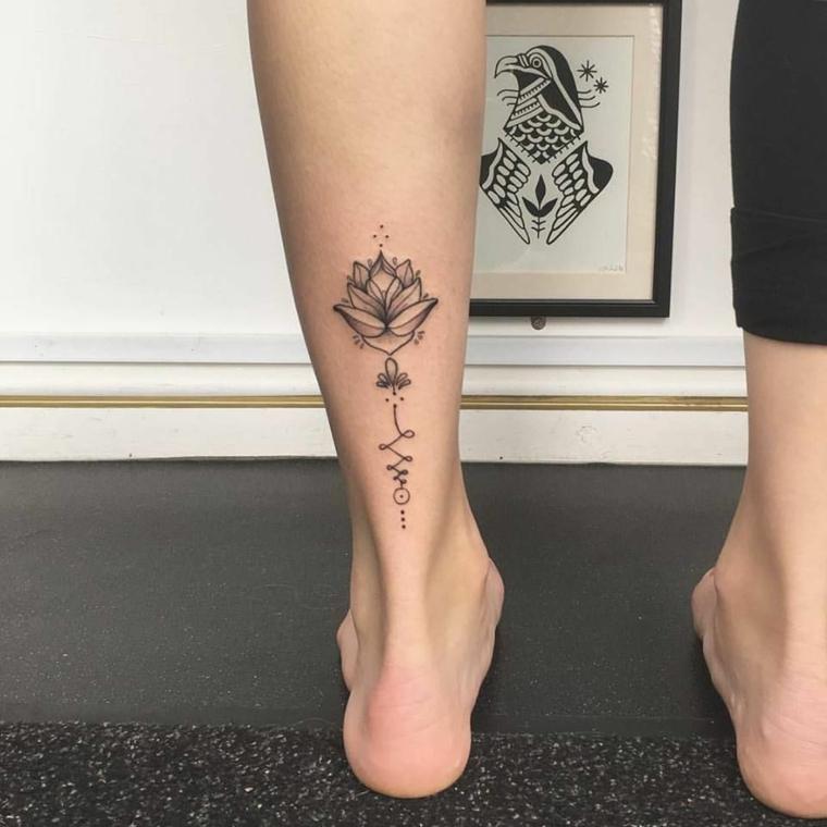 Tatuaggi femminili, tattoo fiore di loto, donna con un pantalone nero stretto