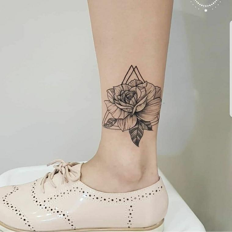 Tattoo disegno fiore di loto, tatuaggi femminili eleganti, tattoo sulla caviglia di una donna