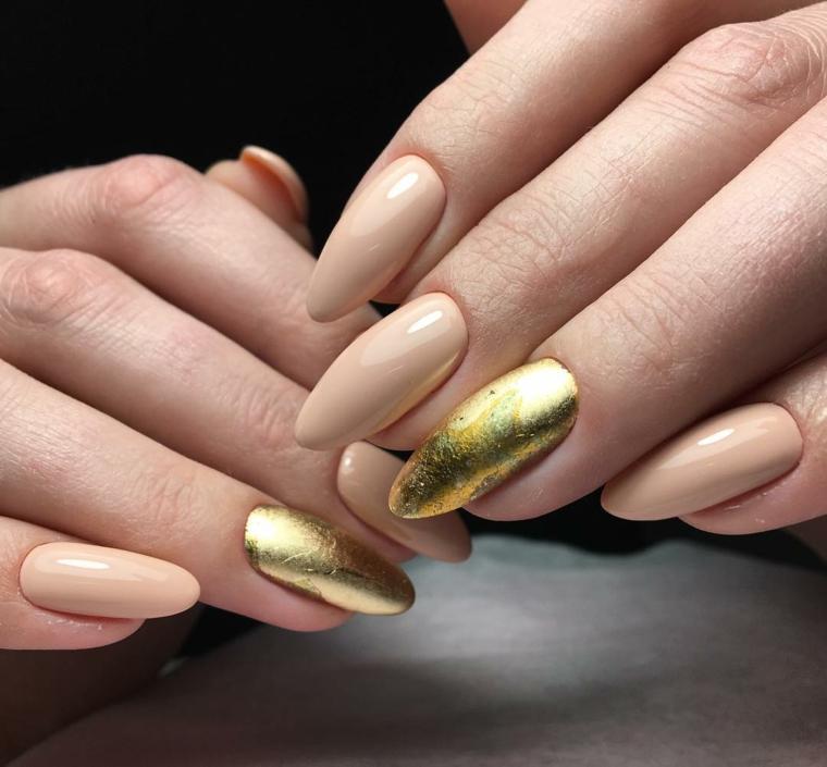 Unghie gel a mandorla, colore beige e un accent nail sul dito anulare smalto color oro