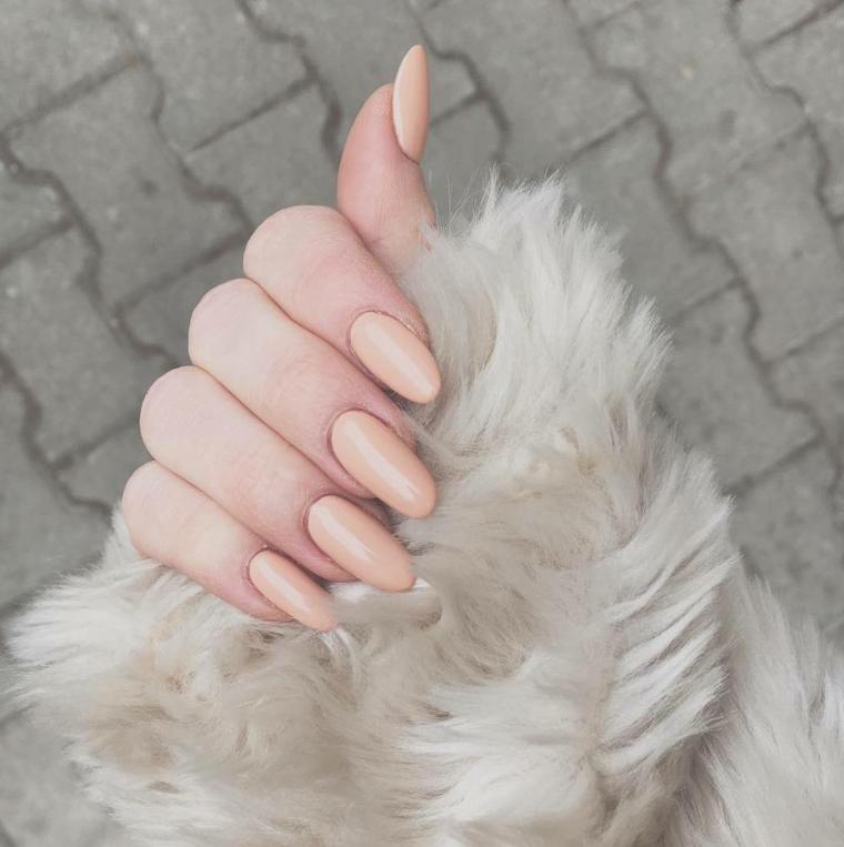 Nail art unghie a punta, smalto di colore beige per una base lunga e larga