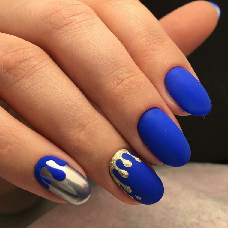 Nail art e decorazione di color oro su una base di smalto blu effetto mat