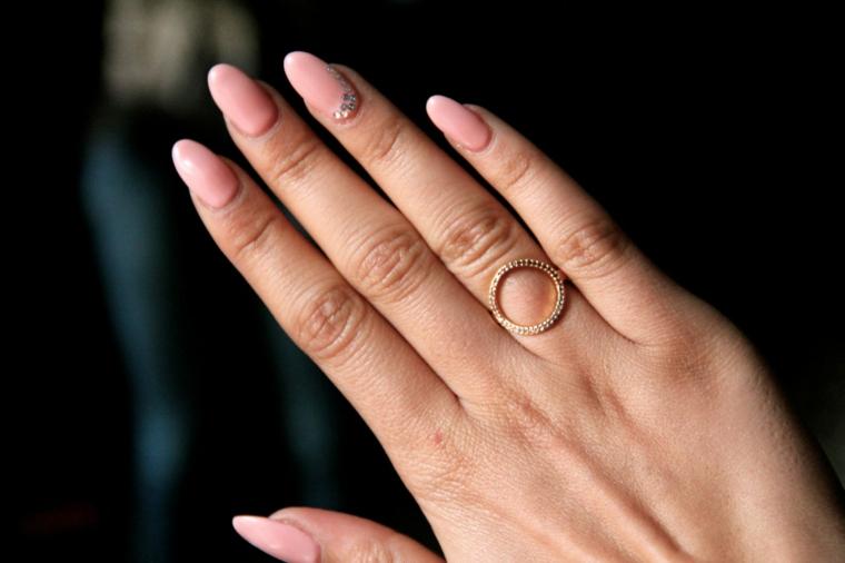 Unghie a stiletto, smalto di colore rosa molto chiaro con un accent nail brillantini