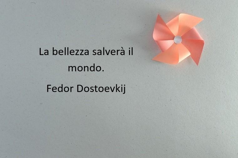 Fedor Dostoevskij e la sua citazione famosa, scritta su uno sfondo grigio e giranodola rosa