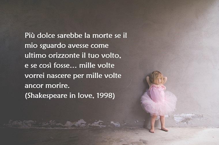Pensieri d'amore e una tratta dal film Shakespeare in love dell'anno 1998, su uno sfondo grigio e una bambina vestita con tutu rosa in tulle