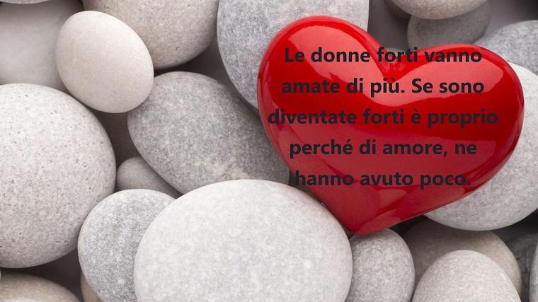 Dediche d'amore, cuore rosso con scritta romantica, sassi dalla forma regolare di colore chiaro
