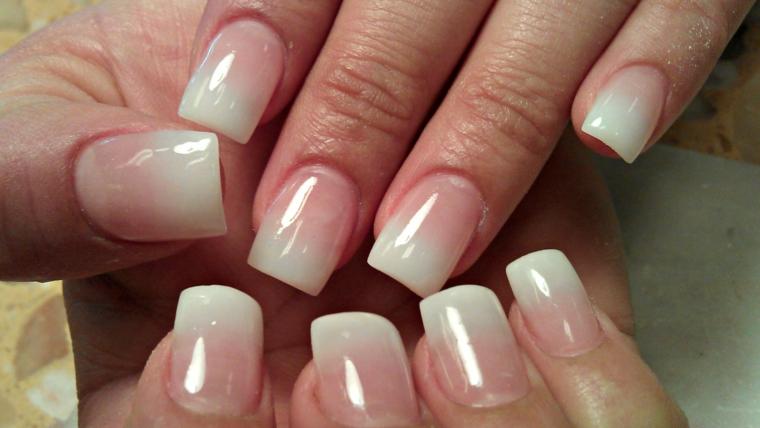 proposta per realizzare una french manicure con uno smalto lucido rosa chiaro e bianco