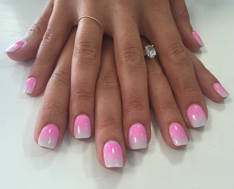 originale e romantica french manicure realizzata con uno smalto rosa sfumato fino al bianco