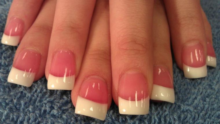una classica french manicure con base rosa realizzata su unghie lunghe e squadrate