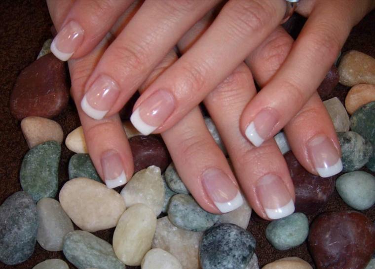 unghie ben curate dalla forma squadrata, abbellite dalla french manicure con base rosa cipria