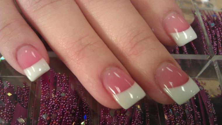 unghie lunghe e dalla forma squadrata rese eleganti dalla franch manicure con base rosa lucida
