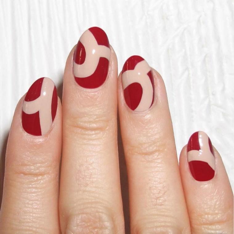 smalto rosso scuro con delle decorazioni color carne uguale su tutte le unghie