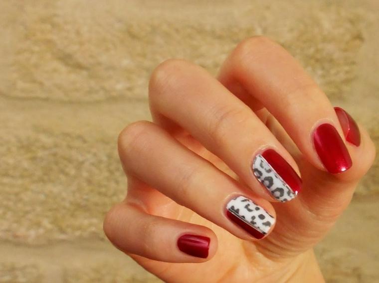 nail rosse, una proposta realizzata con uno smalto brillante scuro e decorazioni maculate
